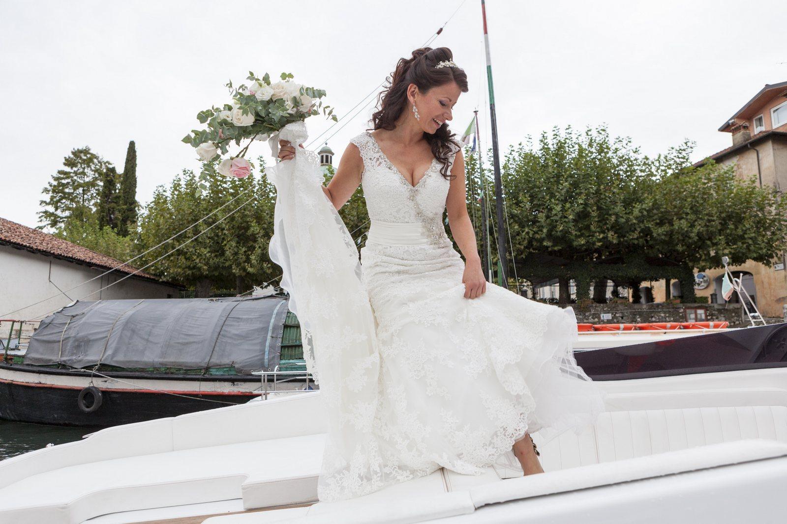 bride takes the boat from bellagio to villa balbianello