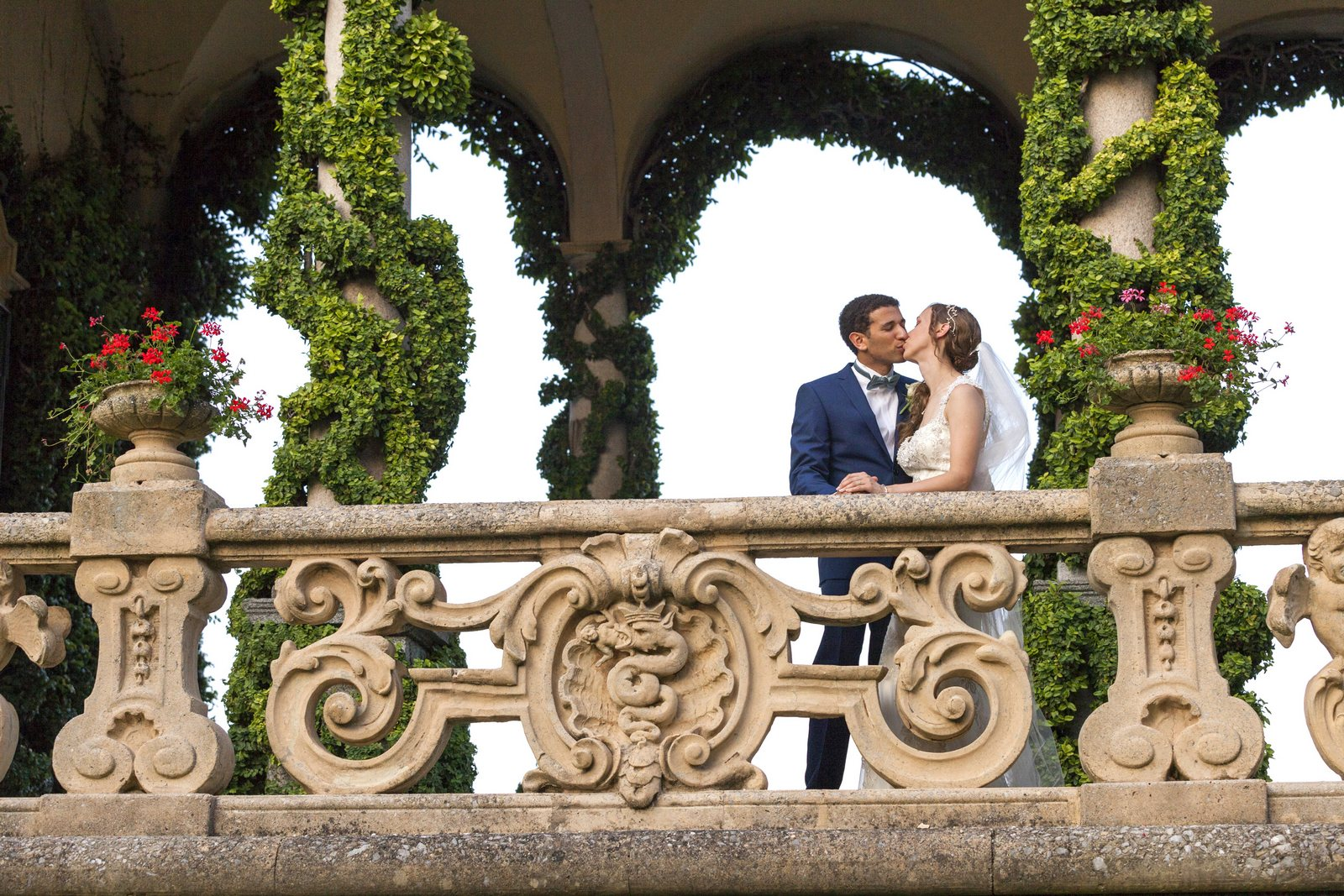romantic wedding picture in villa balbianello